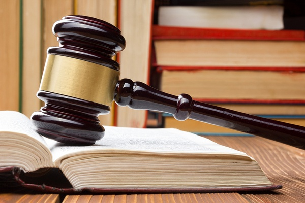 Law_book_with_wooden_judges_gavel.jpg